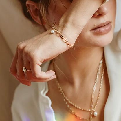 Bracelet maillons avec perle Anna par Kariboo. Bijou made in france plaqué or doré et perle. Acheter boutique paris et en ligne