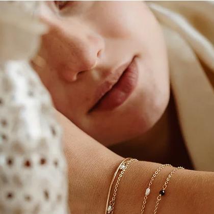 Bracelet doré fin avec perle Lola par Kariboo. Bijou made in france plaqué or doré et perle. Acheter boutique paris et en ligne