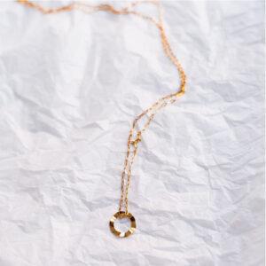 Collier fin doré dentelé Rosa par créatrice Jeannette. Bijou plaqué or doré graphique. Acheter boutique bijoux Paris et en ligne