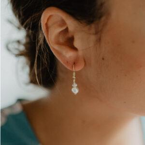 Boucles d'oreille dormeuses perles et cristaux