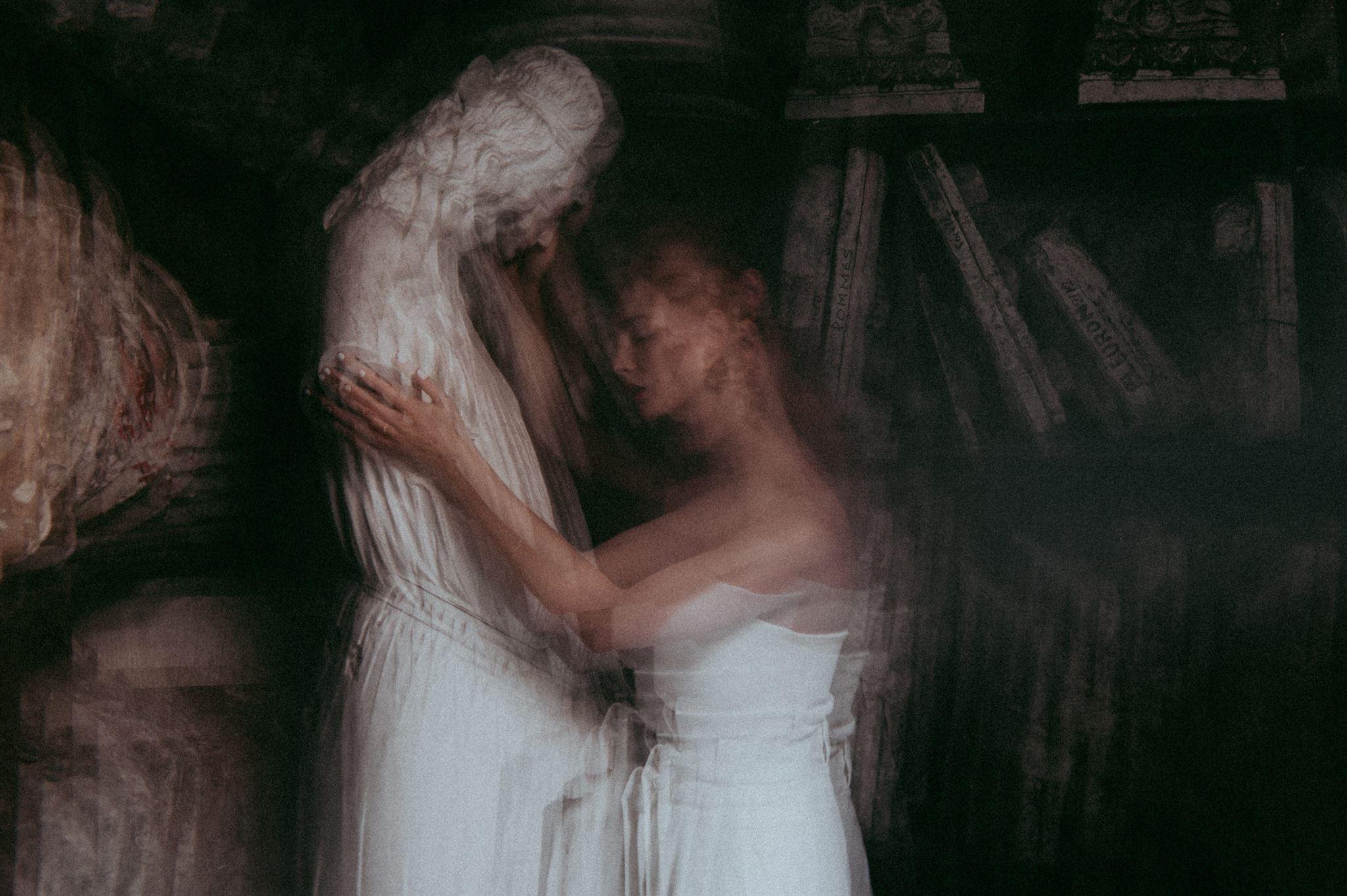 Un joli shooting publié sur La Mariée Aux Pieds Nus ! shooting collaboratif mariage. Ensemble mariée pantalon et top. Acheter boutique Paris