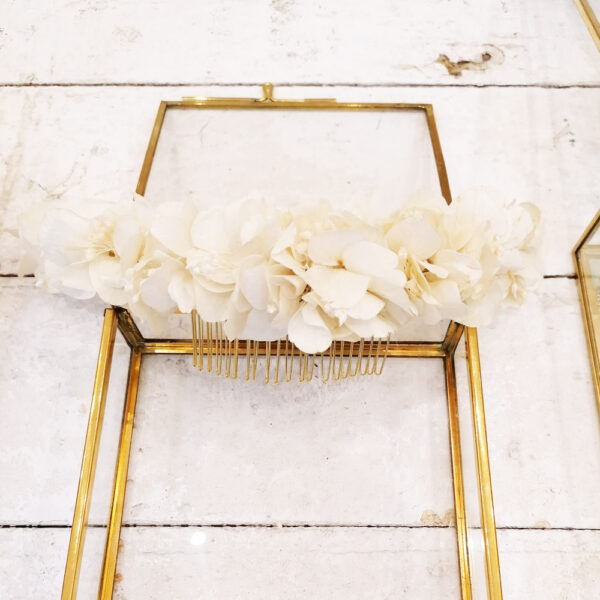 Grand peigne de fleurs stabilisées et séchées ivoire. Acessoire cheveux chignon mariage blanc ecru ivoire. Acheter site en ligne et boutique mariage Paris