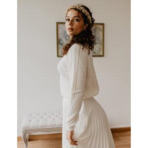 Pull col montant ivoire Pampa. pull mariage hiver. Top mariée d'hiver. Ensemble mariage jupe et pull ivoire. Acheter en ligne et boutique mariage paris
