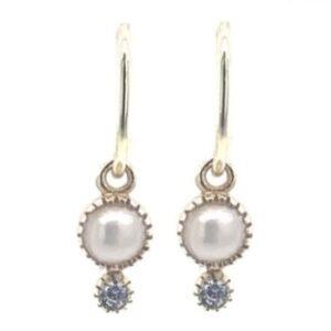 Boucles d'oreille petits anneaux perle et zircon. Bijou mariée discret plaqué or. Disponible dans notre boutique à Paris et en ligne