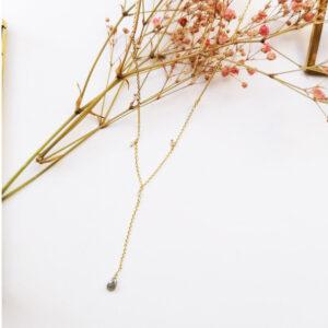 Collier plaqué or avec pampilles et pendentif de couleur. Bijou bohème chic fait main. Disponible dans notre boutique à Paris et en ligne