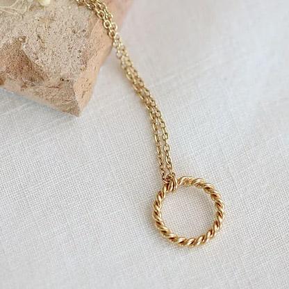 Collier pendentif anneau torsadé Camille. Bijou made in france plaqué or doré style rétro. Acheter boutique paris et en ligne
