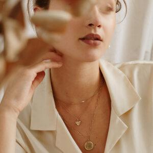 Collier médaillon coeur avec pierre cristal blanc. Bijou made in france plaqué or doré style rétro. Acheter boutique paris et en ligne
