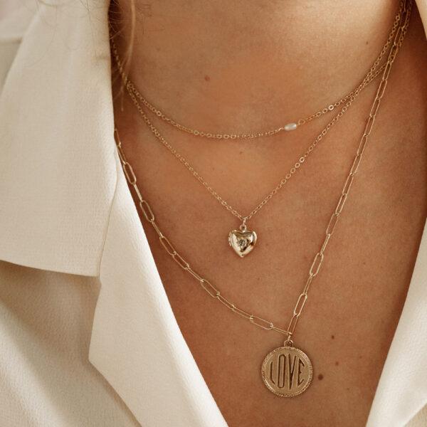 Collier médaille Love plaqué or. Bijou made in france plaqué or doré style rétro. Acheter boutique paris et en ligne