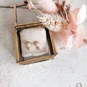 Boucles d'oreille puces perle et pierre de lune. Bijou bohème chic en plaqué à petit prix. Disponible dans notre boutique à Paris et en ligne