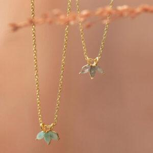 Collier plaqué or orné de trois pierres naturelles ciselées. Bijou bohème chic petits prix. Acheter dans notre boutique à Paris et en ligne