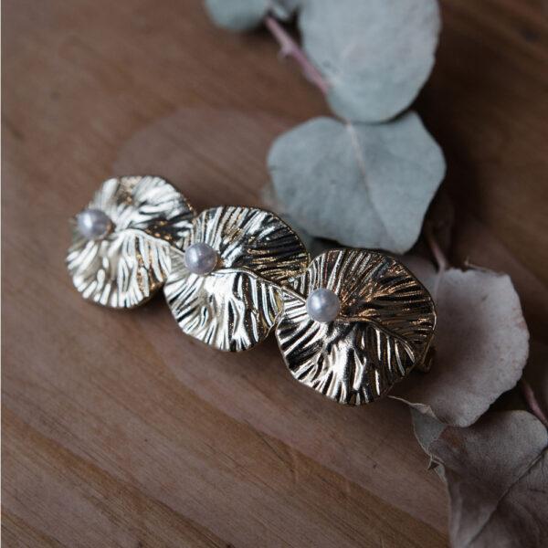 Barrette dorée à décor de feuilles et perles. Accessoire de cheveux doré et stylé pour mariage ou quotidien. Acheter boutique Paris et eshop