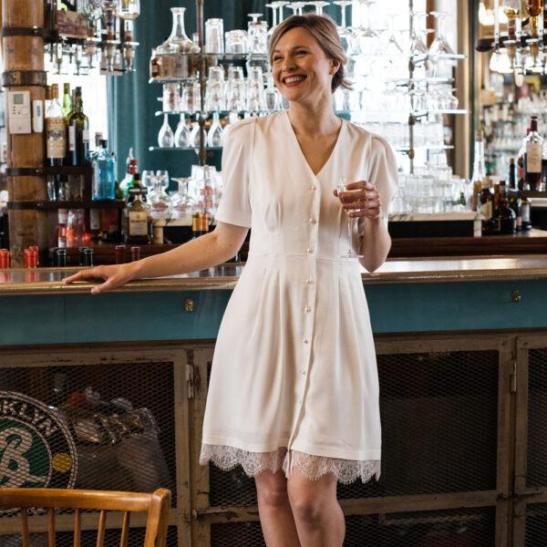 Robe de mariée courte blanche ivoire et dentelle Dominika. Robe mariage civil dos nu. Acheter boutique paris et en ligne
