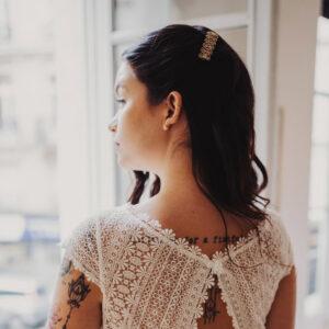 Petite barrette pour cheveux décor dentelle rétro dorée. Accessoire de cheveux doré pour mariage. Acheter boutique Paris et eshop