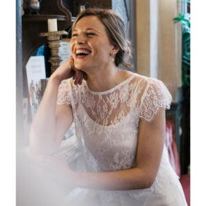 Top de mariée en dentelle blanc ivoire manches très courtes. Haut mariage civil court. Acheter boutique paris et en ligne