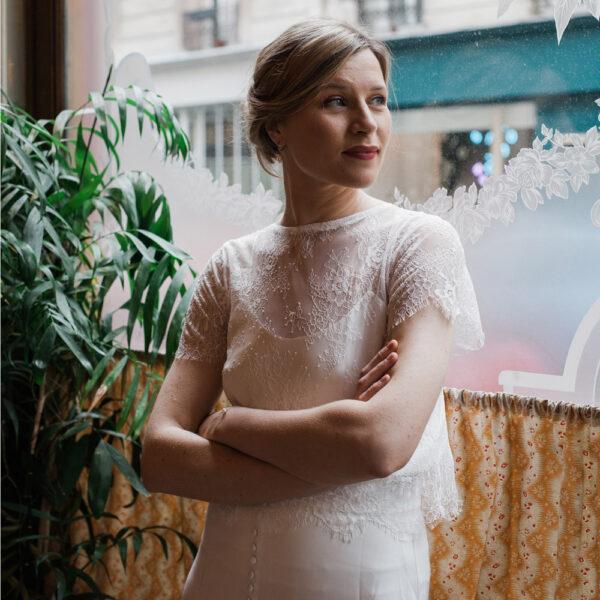 Top de mariée en dentelle blanc ivoire manches courtes. Haut mariage civil court. Acheter boutique paris et en ligne