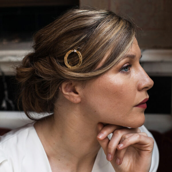 Barrette clip ronde dorée et petit strass. Accessoire de cheveux doré et stylé pour mariage ou quotidien. Acheter boutique Paris et eshop