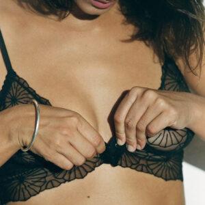 Lingerie culotte noire dentelle fleurs Paola par Icone lingerie. Lingerie dentelle petit prix. Acheter en ligne et boutique à Paris 11ème