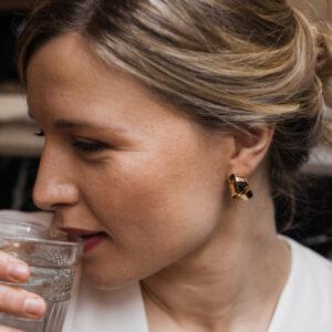 Boucles d'oreille dorées forme ruban. Bijou doré et stylé pour mariage ou quotidien. Acheter boutique Paris et eshop