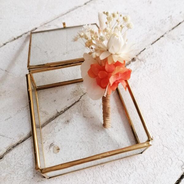 Boutonnière de fleurs stabilisées et séchées ivoire et touches pastel. Accessoire mariage homme. Acheter site en ligne et boutique Paris