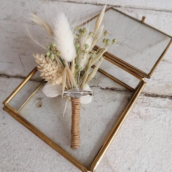 Boutonnière de fleurs stabilisées et séchées ivoire et chardon. Accessoire mariage champêtre homme. Acheter site en ligne et boutique Paris