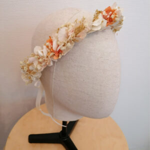 Couronne de fleurs stabilisées et séchées ivoire et touches pastel. Accessoire cheveux mariée. Acheter en boutique mariage à Paris en ligne