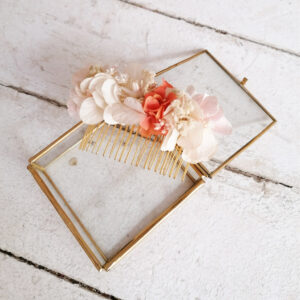 Peigne de fleurs stabilisées et séchées ivoire et touches pastel. Accessoires mariée. Acheter en boutique mariage à Paris en ligne