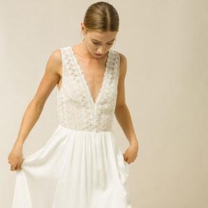 Robe de mariée longue fluide et guipure ivoire Denise. Robe simple et bohème. Petit prix. Acheter en ligne et boutique mariage Paris