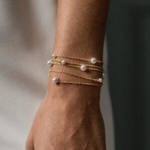Bracelet cinq chaines et perles Fergie. Pivoines and love